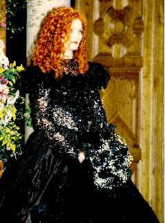 Brautkleid aus schwarzer Spitze und voluminösen Taftrock.